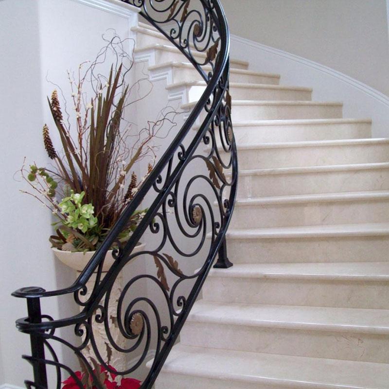 Виды кованых ограждений для лестниц