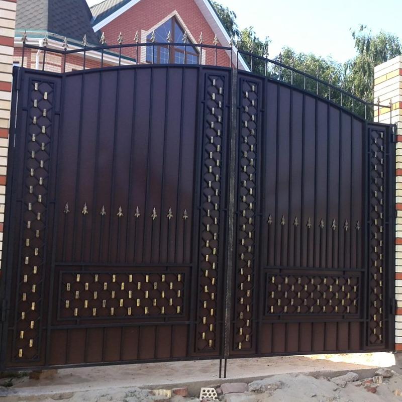 Кованые ворота с калиткой для частного дома